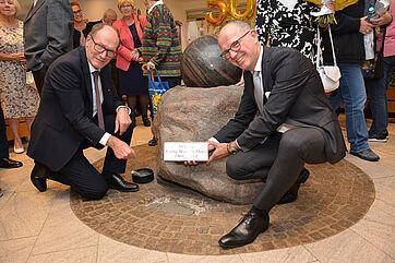 Die beiden KWA Vorstände Horst Schmieder (links) und Dr. Stefan Arend legten zum Jubiläum 50 Jahre KWA Georg-Brauchle-Haus symbolisch einen neuen Grundstein.