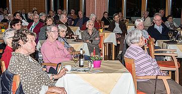 Publikum im Saal des KWA Parkstifts Rosenau in Konstanz