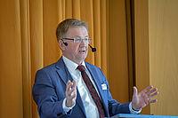 Staatssekretär Andreas Westerfellhaus, Bevollmächtigter der Bundesregierung für Pflege, bei seinem Impulsvortrag zum KWA Symposium 2019 im KWA Stift in Hohenzollernpark in Berlin