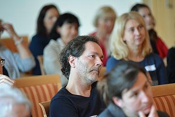 Die Besucher des KWA Symposiums 2019 - darunter nicht nur Einrichtungsleiter, sondern auch viele Pflegepraktiker - lauschen den Ausführungen von Thomas Klie mit großem Interesse