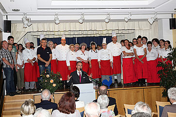 Auf der Bühne: Mitarbeiter des KWA Parkstifts Hahnhof