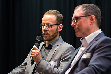 Bei der Reformdebatte als Moderator am Mikrofon: Steve Schrader von Vincentz Network (Chefredakteur von Altenheim, CAREkonkret u. proHauswirtschaft).