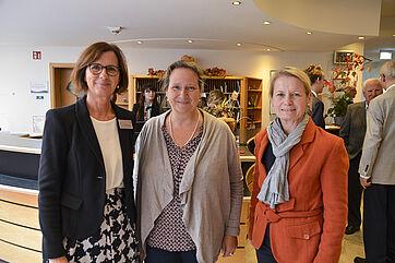 Stiftsdirektorin Petra Werle (links) konnte zur 50-Jahr-Feier im Georg-Brauchle-Haus zwei Münchner Stadträtinnen begrüßen: Alexandra Gaßmann (mittig) und Anja Burkhardt.
