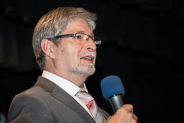 Stiftsdirektor Herbert Schlecht bedankt sich bei Angela Rosengart und Roland Doschka und überreicht Rosen: