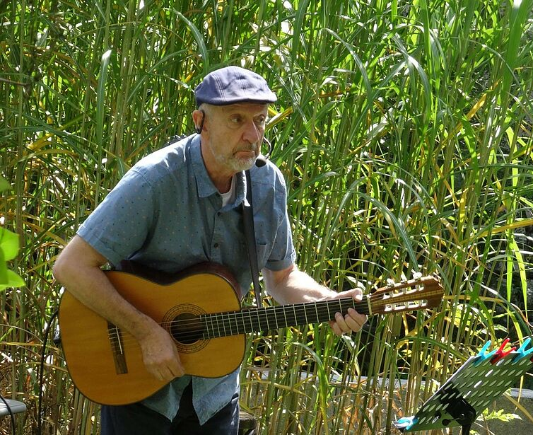 Großartige Stimmung verbreitete Musiker Bernd Weber, der auf seiner Gitarre viele Oldies anstimmte. Die Bewohner waren begeistert, sie sangen und tanzten mit.