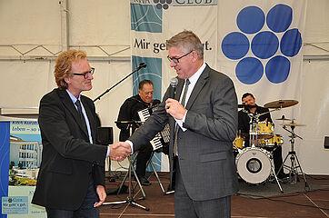 Stiftsdirektor Arnd-Werner Schug dankt Pflegedienstleiter Volker Hilbert für 20 Jahre Mitarbeit im KWA Stift Urbana in Bottrop