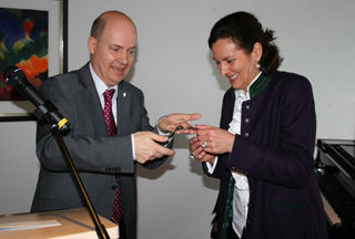 Michael Pfitzer, bisheriger kommissarischer Leiter des KWA Stift Rupertihof, übergibt die Schlüssel an die neue Stiftsdirektorin Lisa Brandl-Thür.