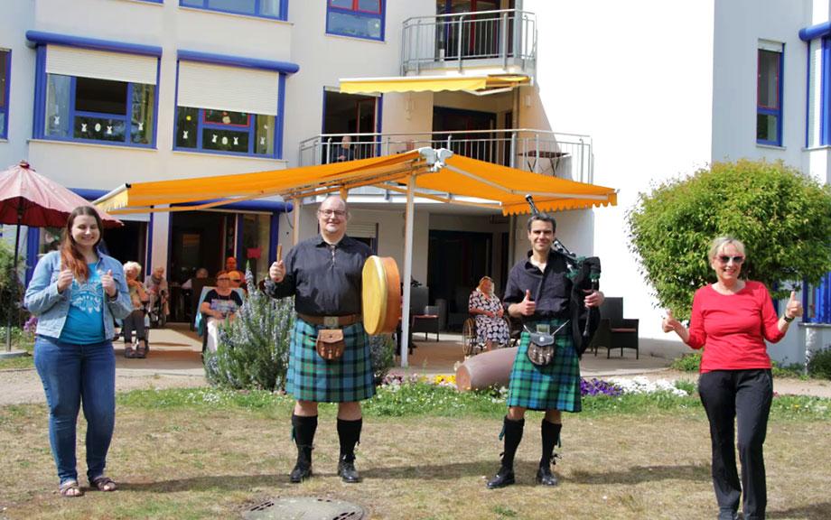 Schottische Dudelsackklänge am Bodensee - Piper Christian Hilker und Drummer Volker Widmann musizierten mit Dudelsack und Bodhrán vor dem Haus Loretto und im Garten der Rosenau.