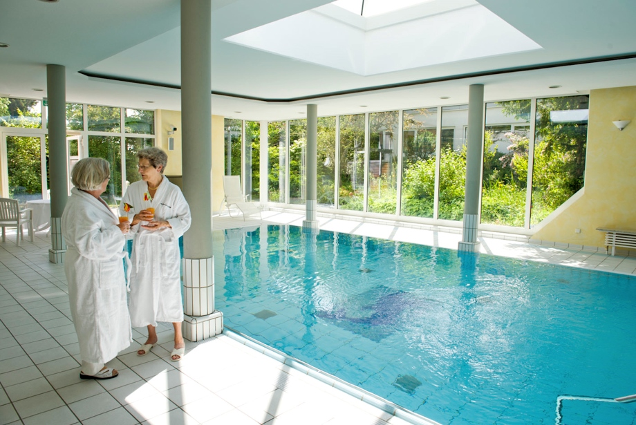Regelmäßig schwimmen hält körperlich fit und entspannt den Geist.