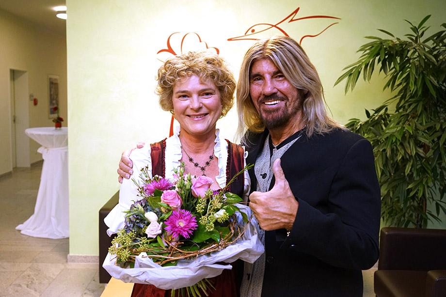 Ursula Cieslar, Gastgeberin der 45-Jahr-Feier im KWA Hanns-Seidel-Haus in Ottobrunn, hier mit Stargast und Festredner Abi Ofarim - alle Bilder vom Festakt: Robert Haas