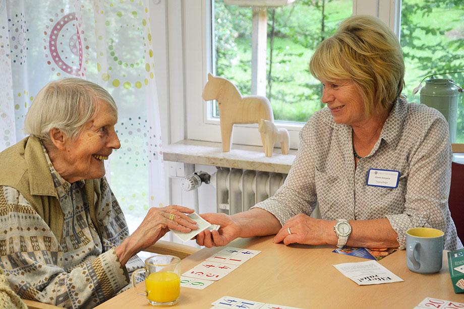 Karten- und Brettspiele sind vielen Besuchern der Tagespflege von zu Hause vertraut, halten den Geist auf Trab