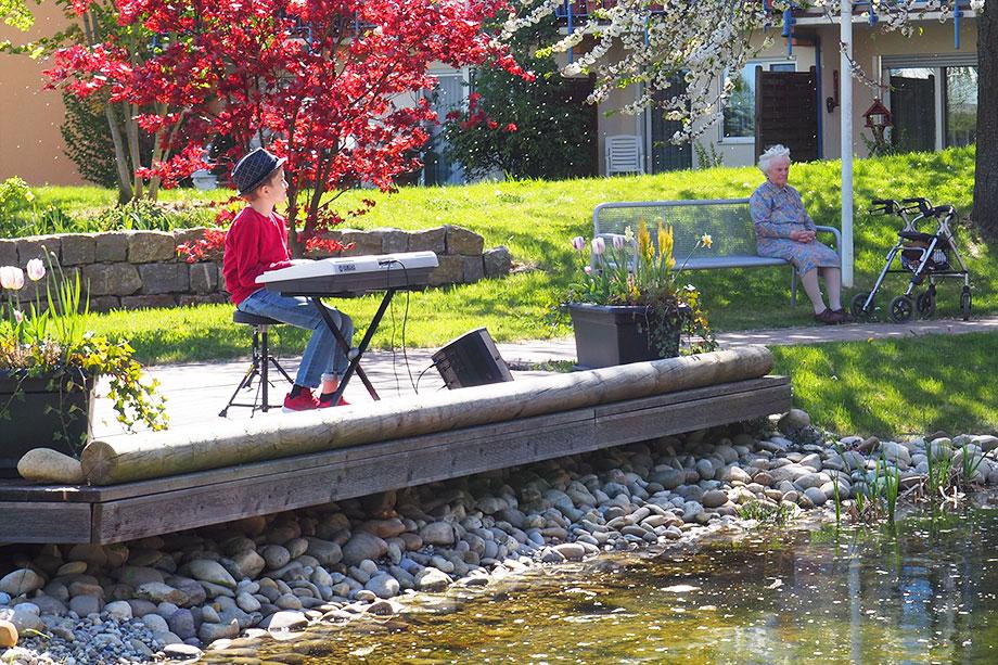 Mika Mai heißt der junge Musiker, der hier am Keyboard sitzt und mit jazzig angehauchten Melodien die Bewohner des KWA Parkstifts Aeskulaps unterhält. Auf www.mika-mai.de können Sie mehr über ihn erfahren.