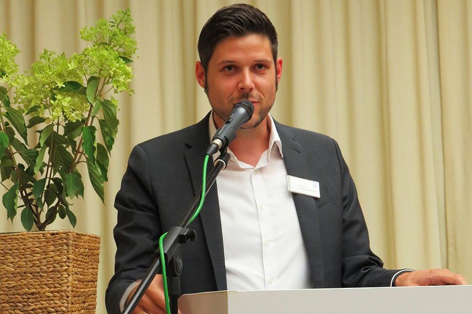 Marius Schulze Beiering, Stiftsdirektor im KWA Parkstift Hahnhof, eröffnete die Preisverleihung zum 2. Schülerliteraturwettbewerb Baden-Baden