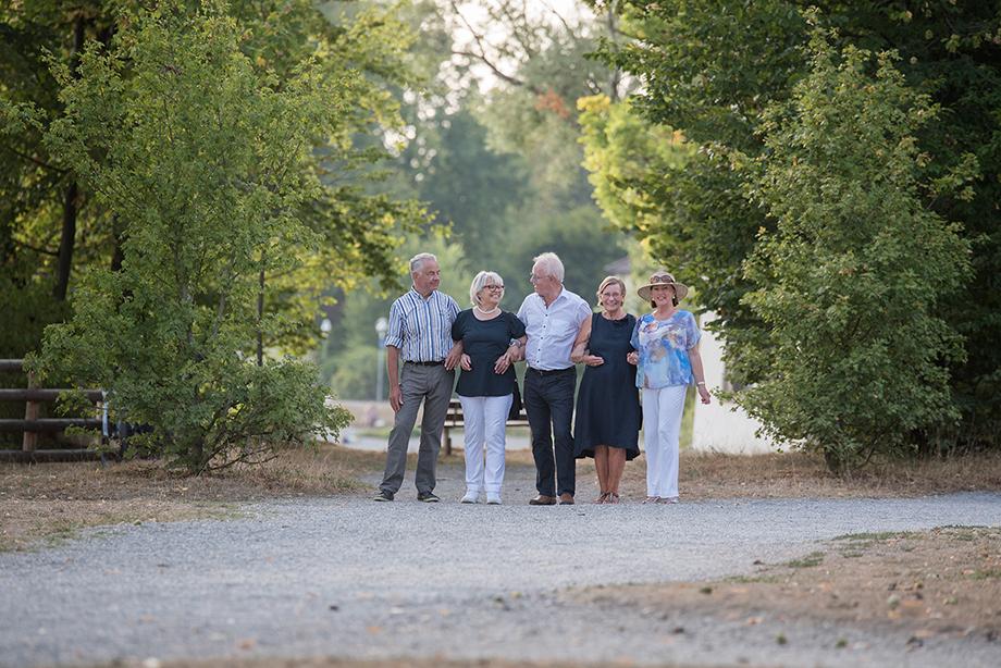 Nach anregenden Gesprächen wird auch mal gemeinsam gelacht: direkt vor dem Bodensee, einen Steinwurf von ihrem Zuhause im KWA Parkstift Rosenau entfernt.