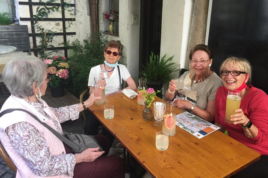 Nach der Dombesichtigung in Passau - noch ehe es an Bord ging - hatten einige Teilnehmerinnen Lust auf Limonade. Im roten Shirt: Reiseleiterin Marina Gernard.