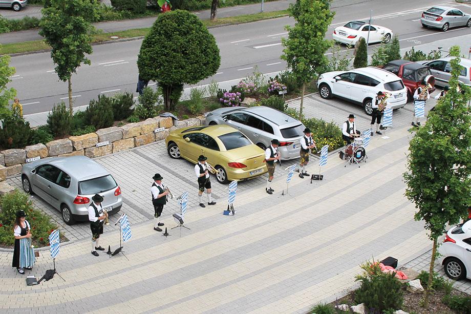 Der Musikverein Harmonie Neubiberg bereitete den Stiftsbewohnern mit einem Standkonzert vor dem Wohnstift eine große Freude.