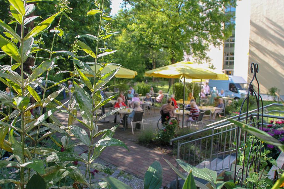 Auch im Sommer 2020 konnten Bewohner des KWA Stifts Brunneck im Stiftsgarten inmitten der Natur Bier vom Fass, Grillwürstl und Nackensteak genießen.