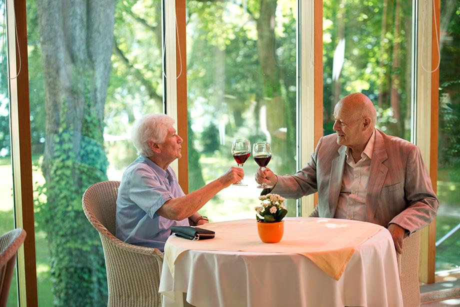 Ein schöner Platz im Restaurant des KWA Parkstifts Rosenau für ein nettes Gespräch, inklusive Blick ins Grüne.