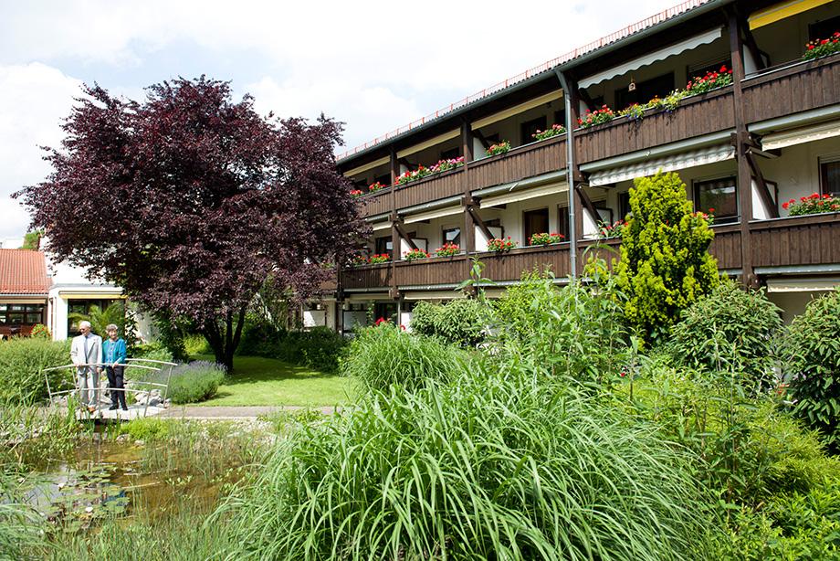 KWA Stift am Parksee: ein schmuckes Haus mit einem idyllischen Garten