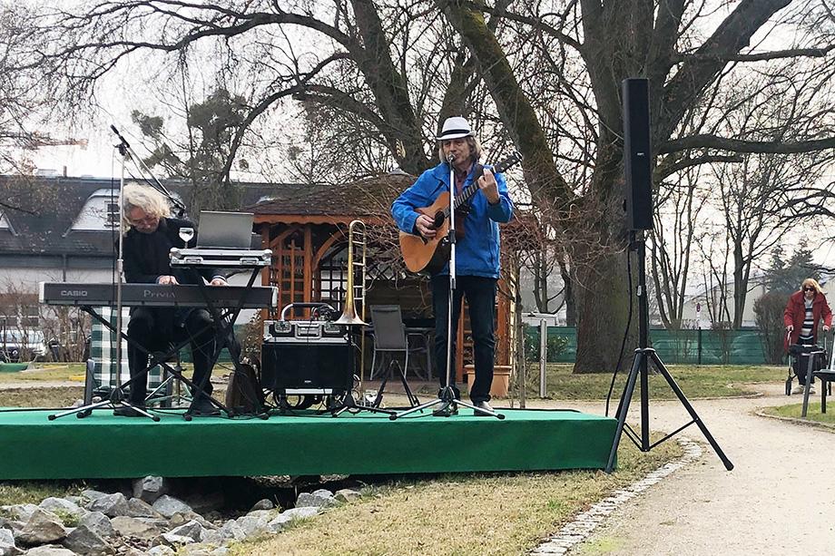 """Mit Unterhaltungsmusik auf hohem Niveau stimmte das """"Duo Prima"""" Ende März auf die Freiluftsaison 2021 ein."""