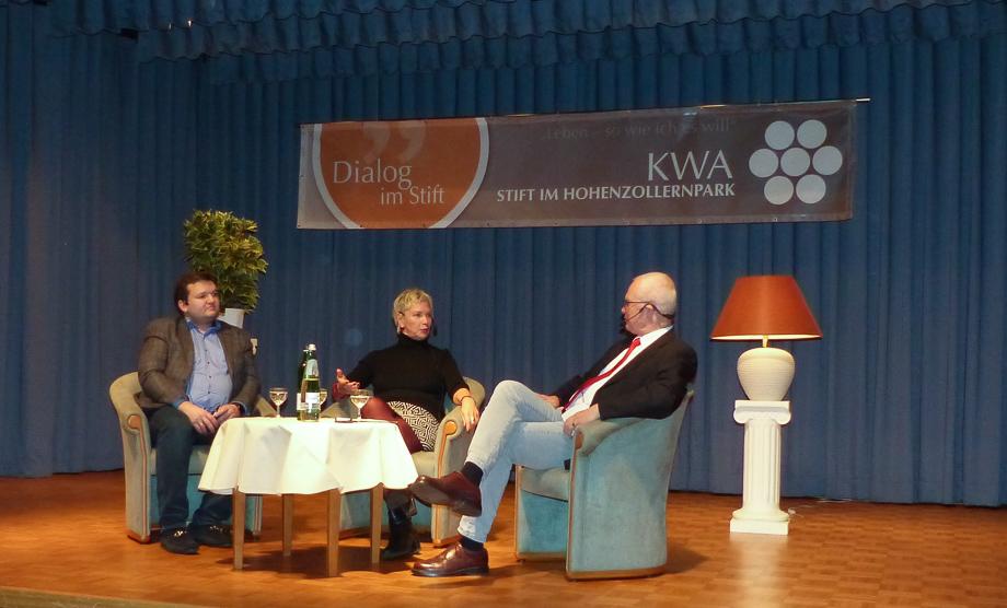 Dylan Blackmore (links) und Sibylle Senff im Gespräch mit Moderator Reinhard von Struve zum Thema Klassik-Musik-Club.