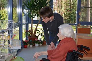 Auch Vogelfüttern gehört zum Alltag in der Tagesbetreuung des KWA Parkstifts Rosenau in Konstanz