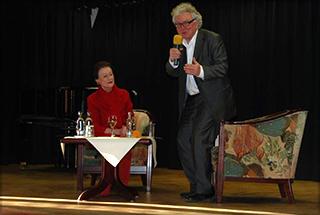 Der Intendant des Konstanzer Stadttheaters Prof. Dr. Christoph Nix im KWA Parkstift Rosenau in Konstanz als Talk-Gast, hier mit Moderatorin Monique Würtz