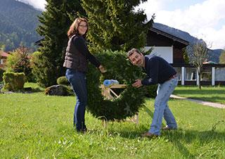 Maibaum 2014 im KWA Stift Rupertihof: Heinzlmeier und Ali Zengin positioneren den Kranz