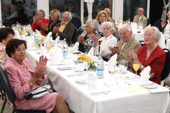 Gruppenbild der Bewohner am Tisch