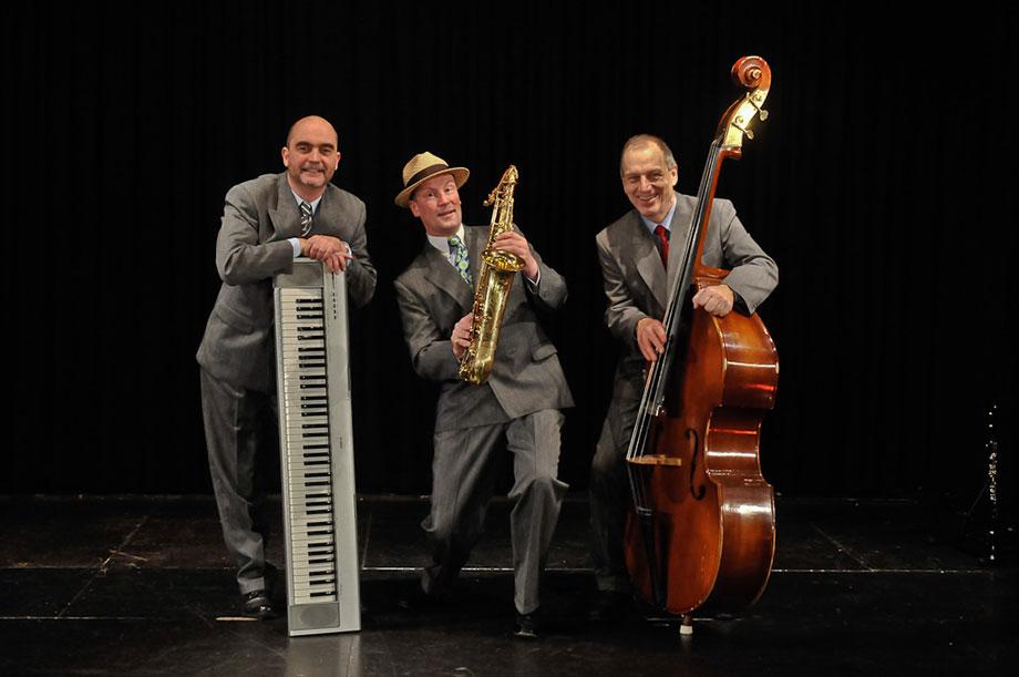 Das Trio Swingin' Hotspots, zu Gast im KWA Stift im Hohenzollernpark: mit Muicalmelodien, Schlagern, Filmmusik und Weihnachtsliedern